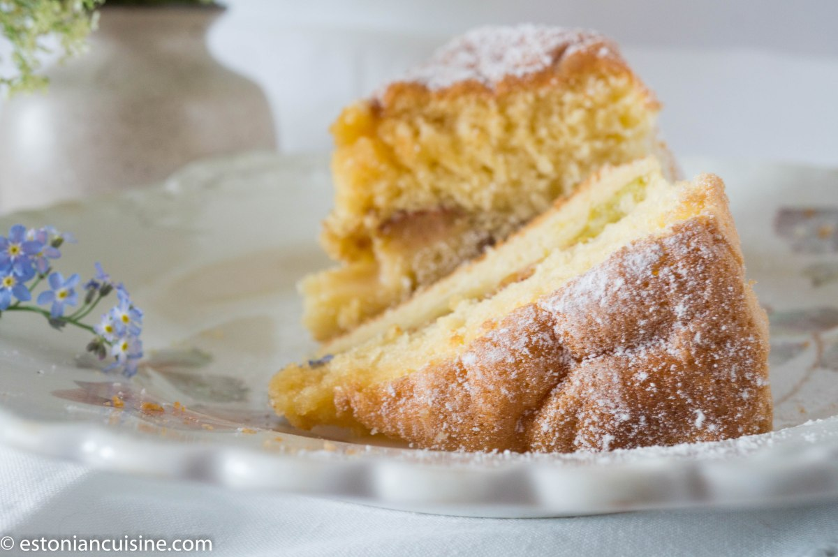 Soft and Mellow Rhubarb Cake. Biskviitkattega rabarberikook